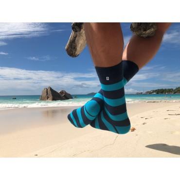 4lck kolorowe skarpetki w niebieskie i turkusowe paski, skarpetki w paski na plaży Lazio Seszele